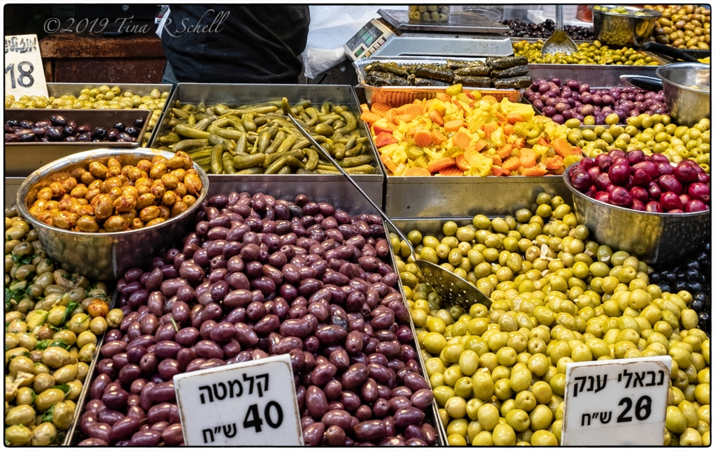 OLIVES DISPLAYED IN ISRAELI FARMERS MARKET